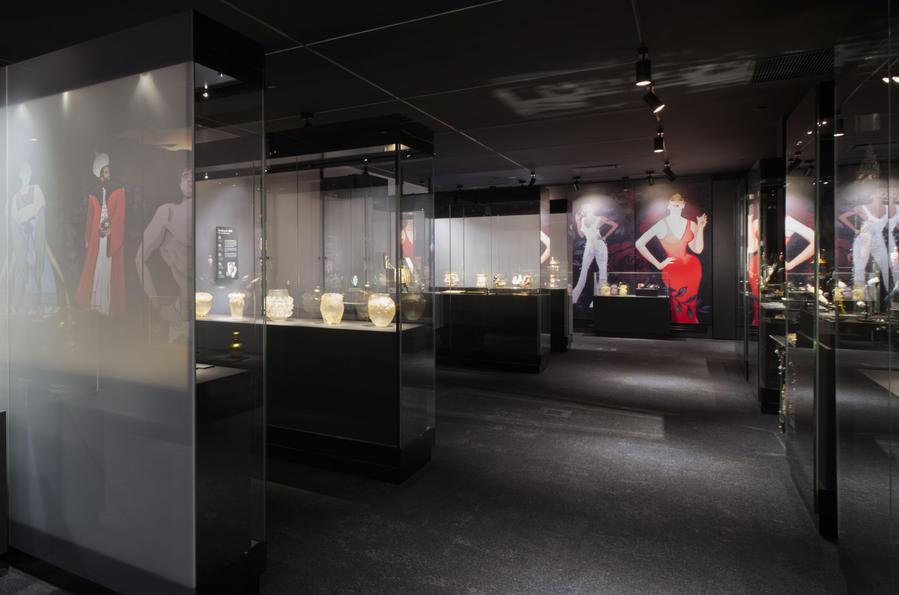 Freestanding museum cases