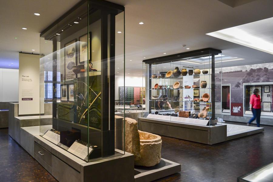 Freestanding showcase